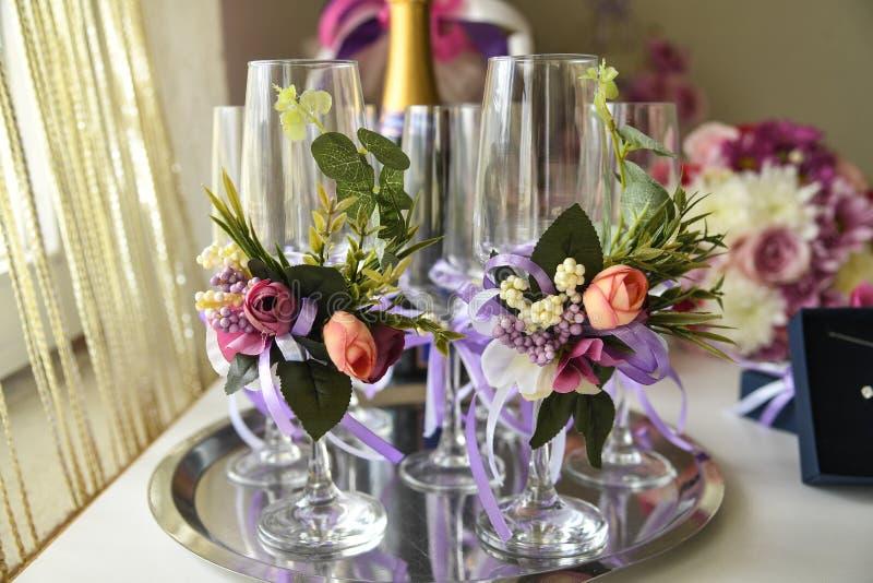 Vidrios vacíos del champán adornados con las flores fotos de archivo libres de regalías