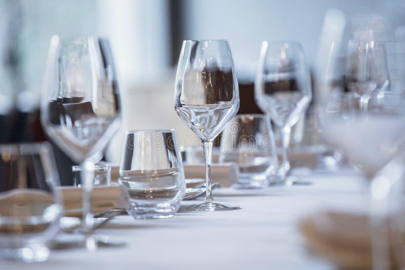 Vidrios vacíos en restaurante Cubiertos en la tabla en un ajuste de la tabla del restaurante, cuchillo, bifurcación, cuchara, int fotografía de archivo