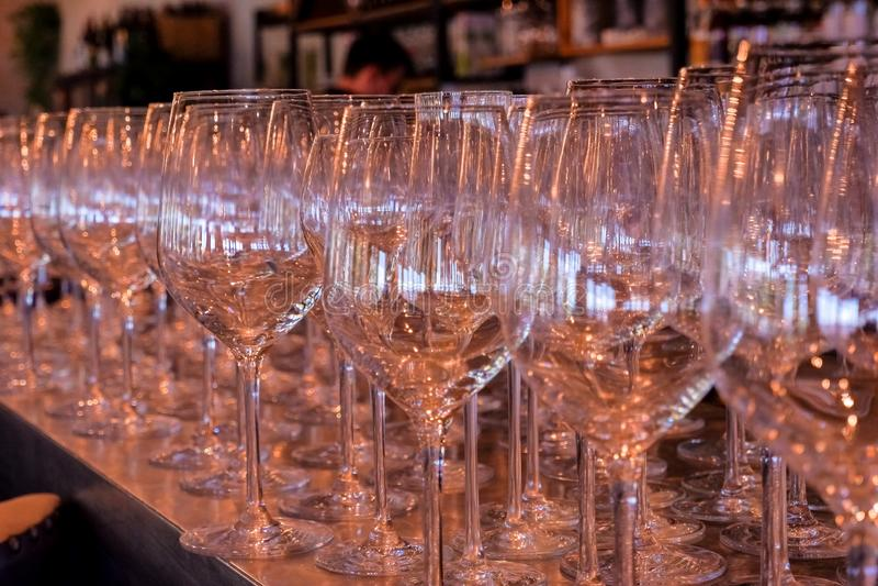 Vidrios vac?os tabla de la barra antes del partido con los vidrios de cristal transparentes y los remanente del champán y del vin imágenes de archivo libres de regalías
