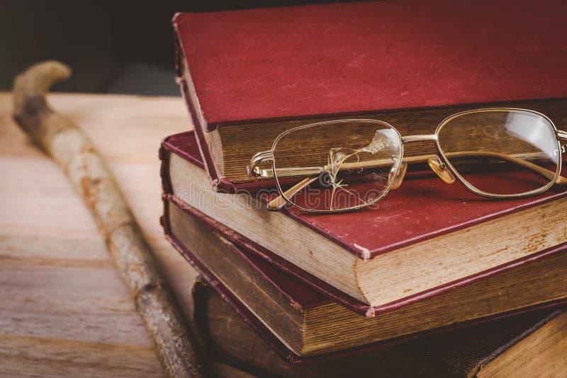 Vidrios viejos rotos primer en la pila de libros viejos imágenes de archivo libres de regalías