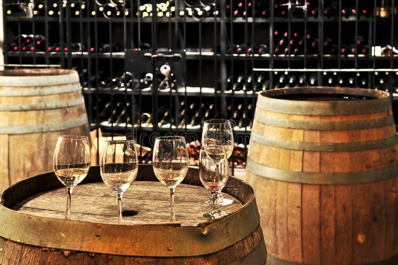 Vidrios y barriles de vino foto de archivo