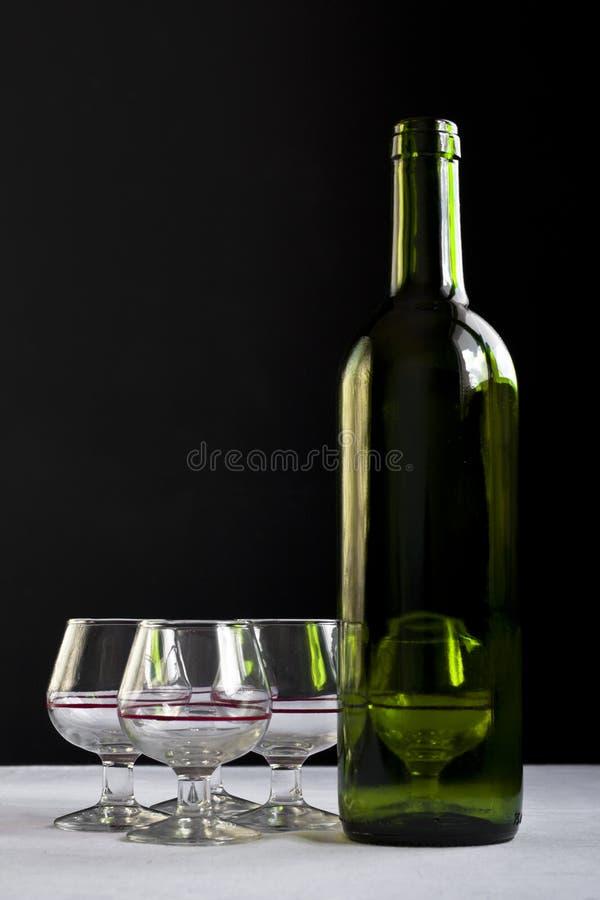 Vidrios y botella fotografía de archivo libre de regalías