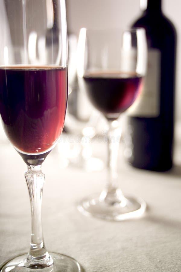 Vidrios y botella de vino rojo fotografía de archivo libre de regalías