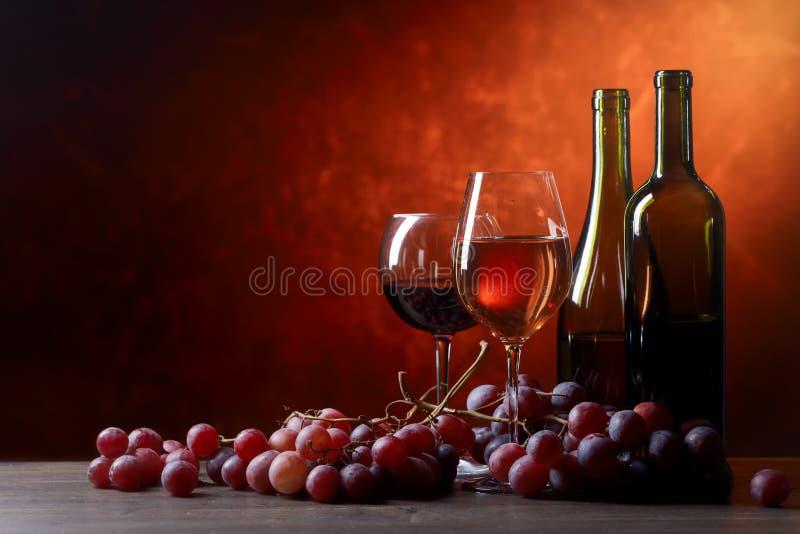 Vidrios y botellas de vino foto de archivo