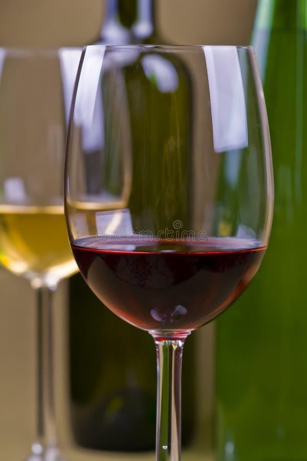 Vidrios y botellas de vino blanco rojo y foto de archivo libre de regalías