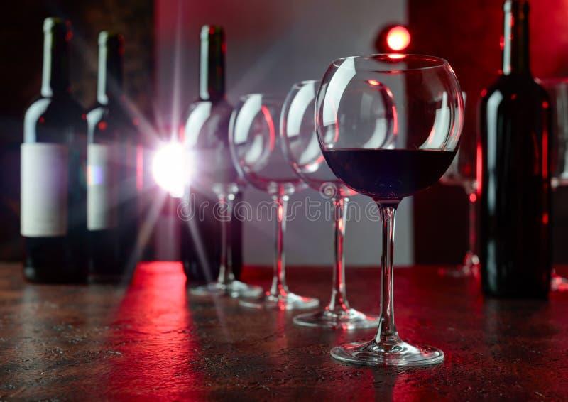 Vidrios y botellas de vino rojo fotos de archivo libres de regalías