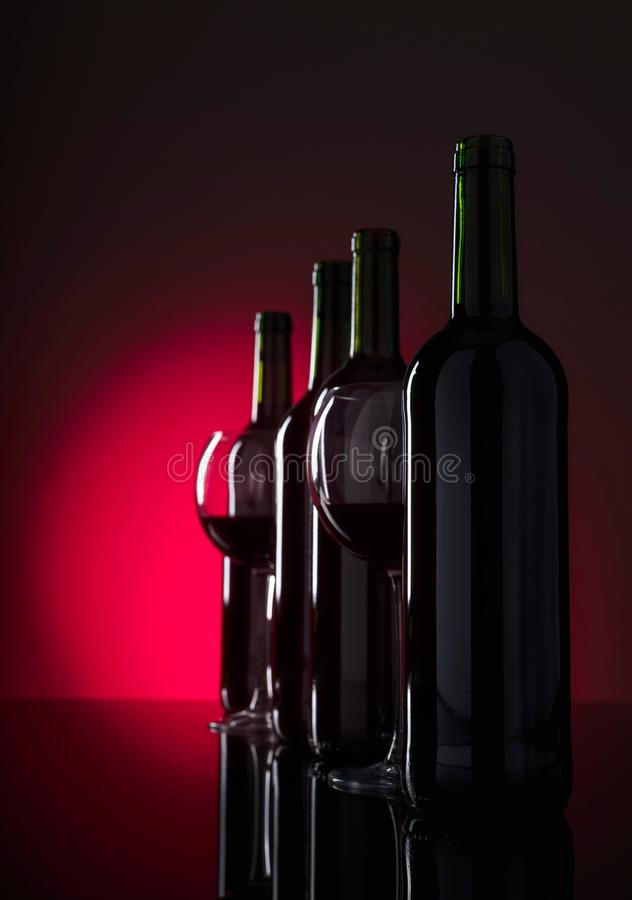 Vidrios y botellas de vino rojo imágenes de archivo libres de regalías