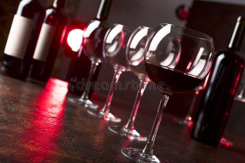 Vidrios y botellas de vino rojo imagen de archivo libre de regalías