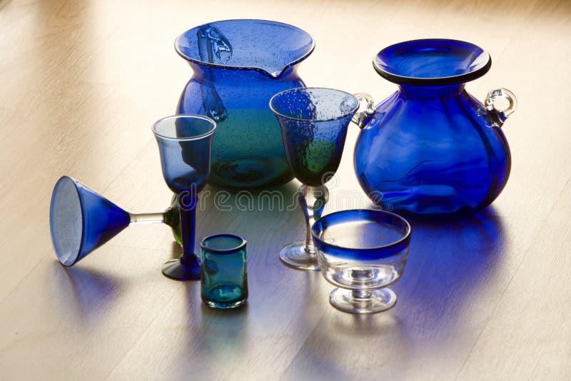 Vidrios y floreros azules handicarafted mexicanos fotos de archivo