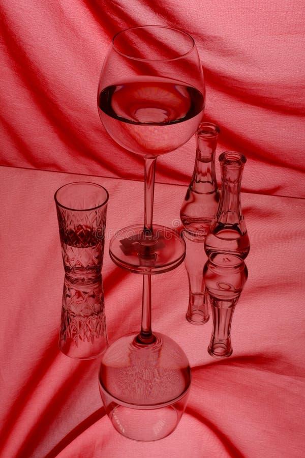 Vidrios y garrafa con el vino blanco imagen de archivo