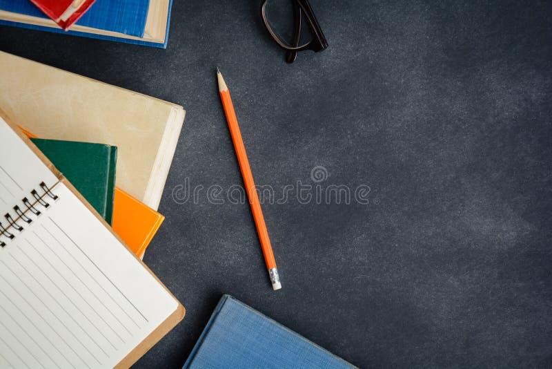 Vidrios y lápiz del libro en el escritorio foto de archivo libre de regalías