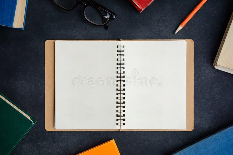 Vidrios y lápiz del libro en el escritorio fotos de archivo libres de regalías