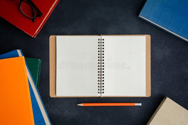 Vidrios y lápiz del libro en el escritorio imagen de archivo