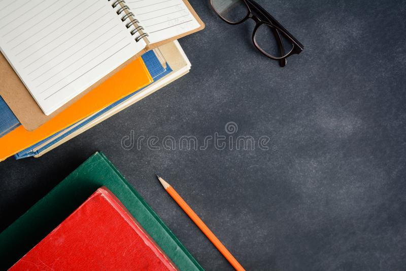Vidrios y lápiz del libro en el escritorio imagen de archivo libre de regalías