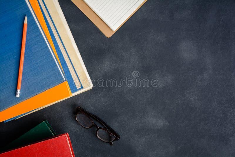 Vidrios y lápiz del libro en el escritorio imagenes de archivo