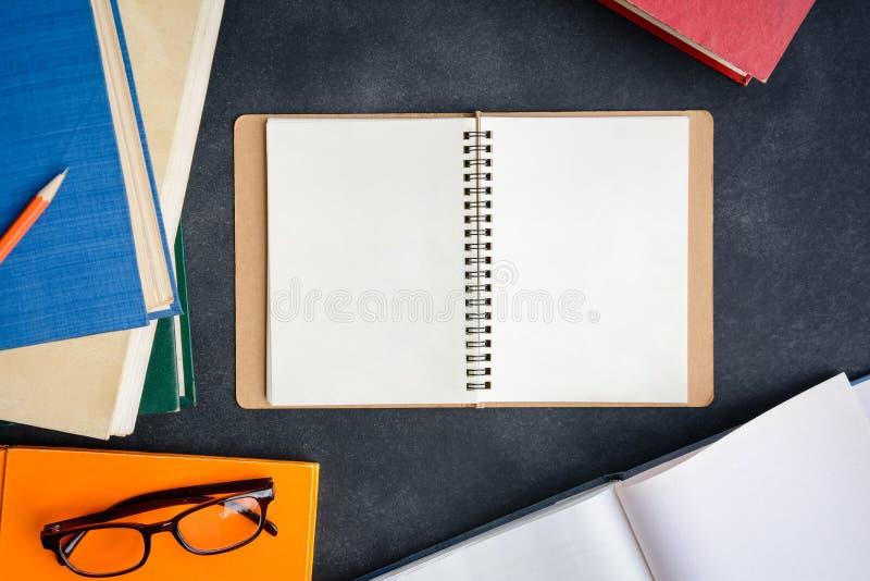 Vidrios y lápiz del libro en el escritorio fotos de archivo