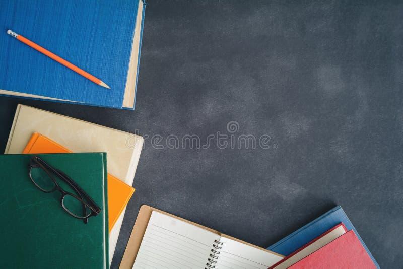 Vidrios y lápiz del libro en el escritorio foto de archivo