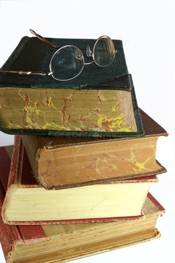 Vidrios y libros viejos fotos de archivo libres de regalías