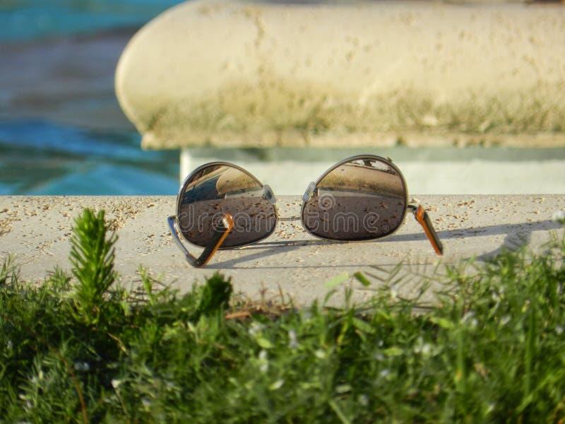 Vidrios y piscina imagen de archivo