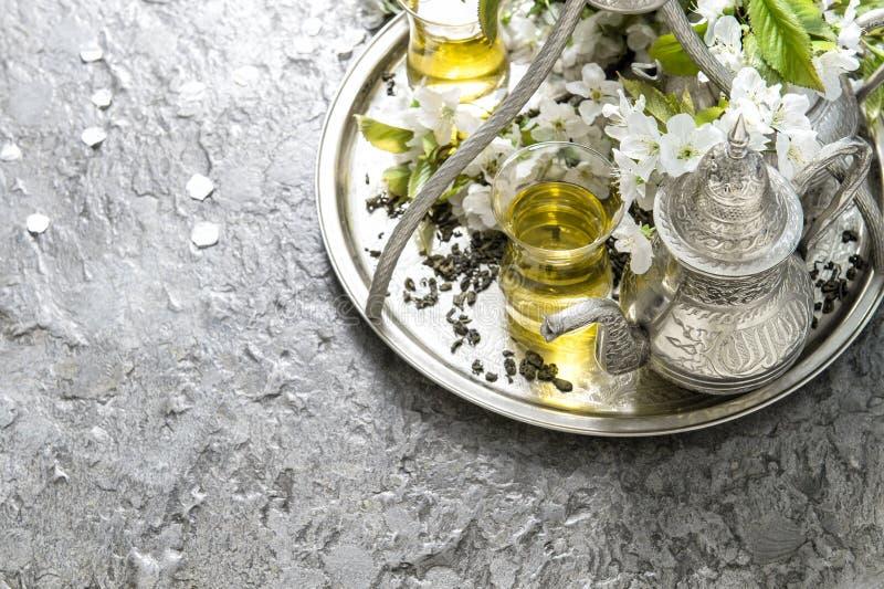 Vidrios y pote del té Vajilla de plata oriental Apenas llovido encendido fotografía de archivo libre de regalías