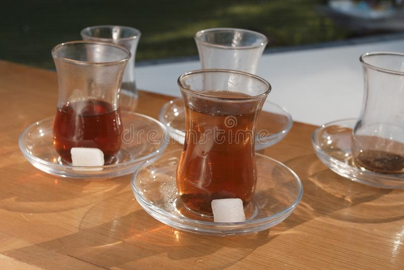 Vidrios y Sugar Cones del té foto de archivo libre de regalías