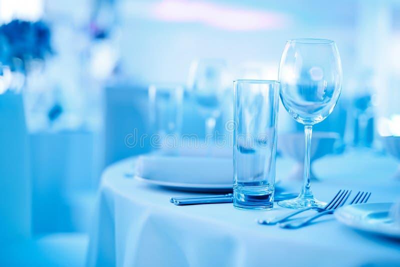 Vidrios y tabla de la porción en tonos azules fotos de archivo
