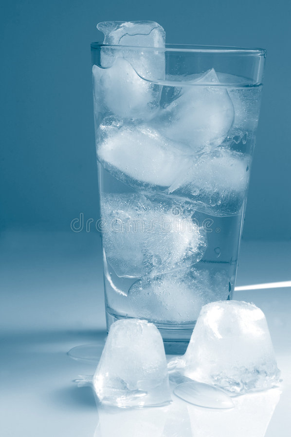 Download Vidro alto da água imagem de stock. Imagem de extinga, gelo - 543373