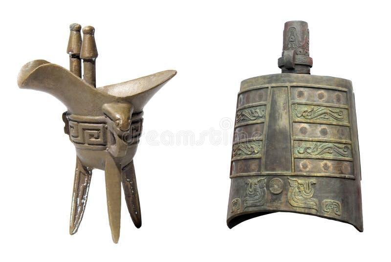 Vidro antigo e sino de bronze antigo na porcelana fotografia de stock