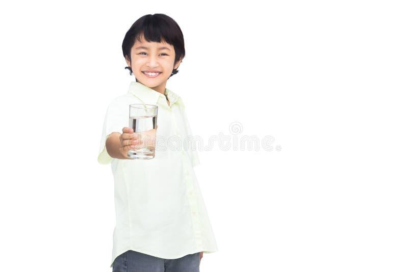 Vidro asiático da terra arrendada do rapaz pequeno da água fotografia de stock royalty free