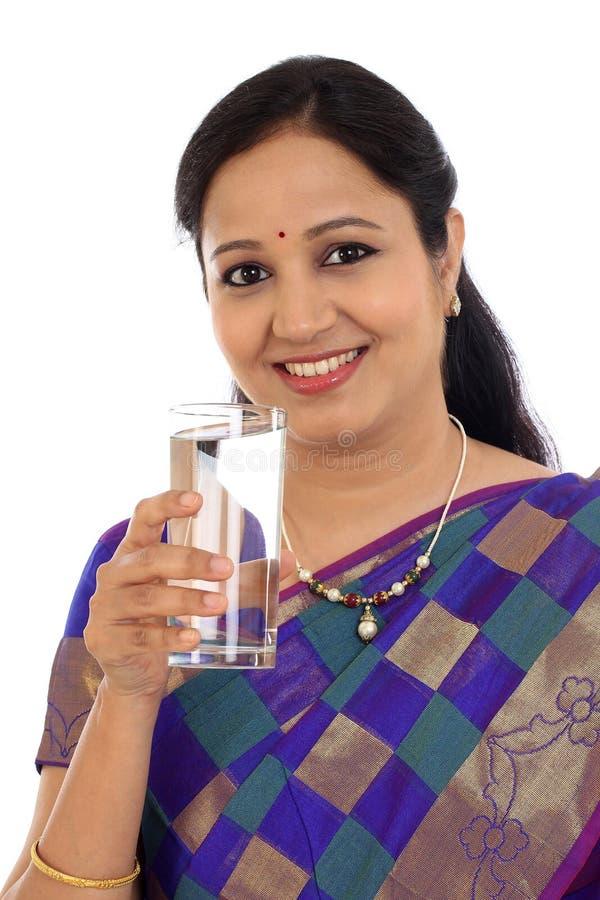 Vidro bebendo da mulher tradicional de Happ da água foto de stock royalty free