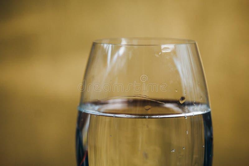 Vidro colhido do vinho branco em um fundo marrom de madeira rústico resto, feriado, partido close up da bebida alcoólica Copie o  foto de stock