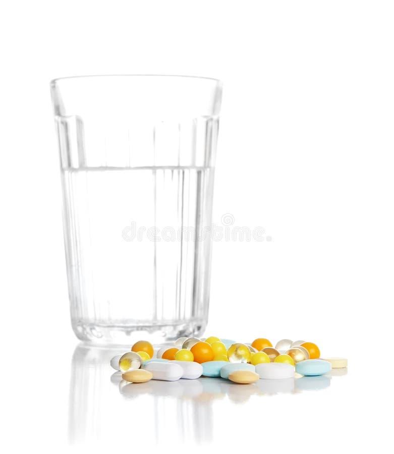 Download Vidro Com água E Um Montão Das Tabuletas, Comprimidos Imagem de Stock - Imagem de recuperação, nutrition: 10053353