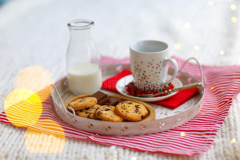 Vidro com as cookies do leite e de farinha de aveia com close-up dos pedaços de chocolate na bandeja branca foto de stock