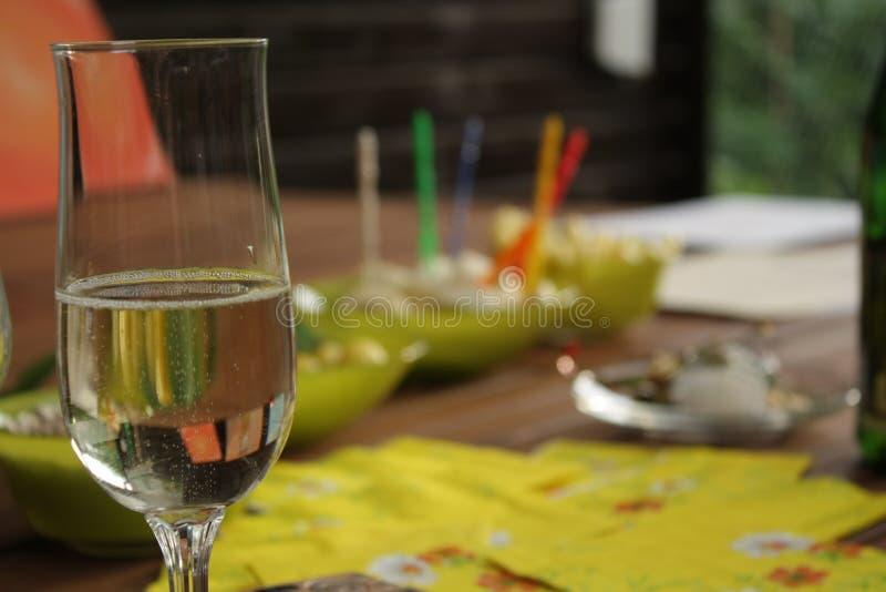 Vidro com bebida efervescente no tempo do partido imagens de stock