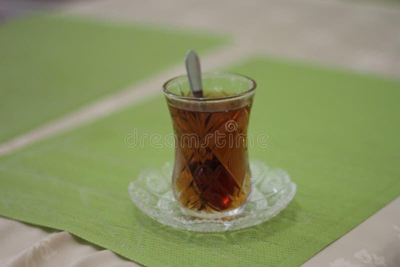 Vidro com chá e a fotografia de stock royalty free