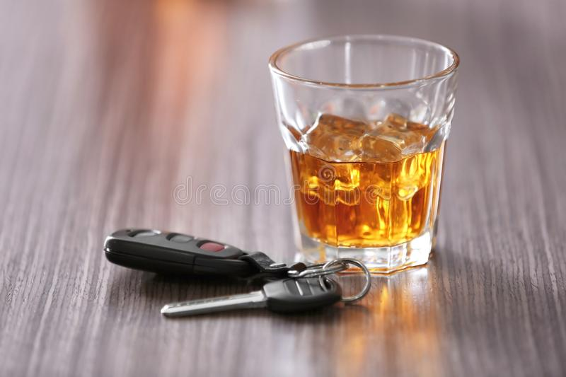Vidro com chave da bebida alcoólica e do carro foto de stock royalty free