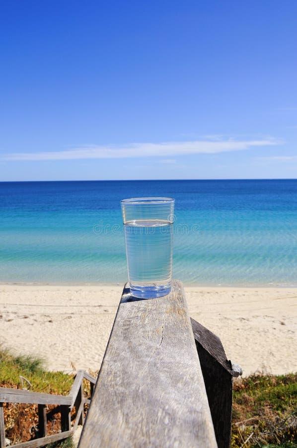 Vidro com cristal - água clara imagens de stock royalty free