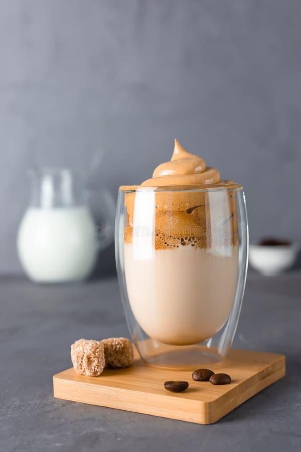 Vidro com Dalgona café gelado em mesa cinzenta Trend korean com espuma fotos de stock