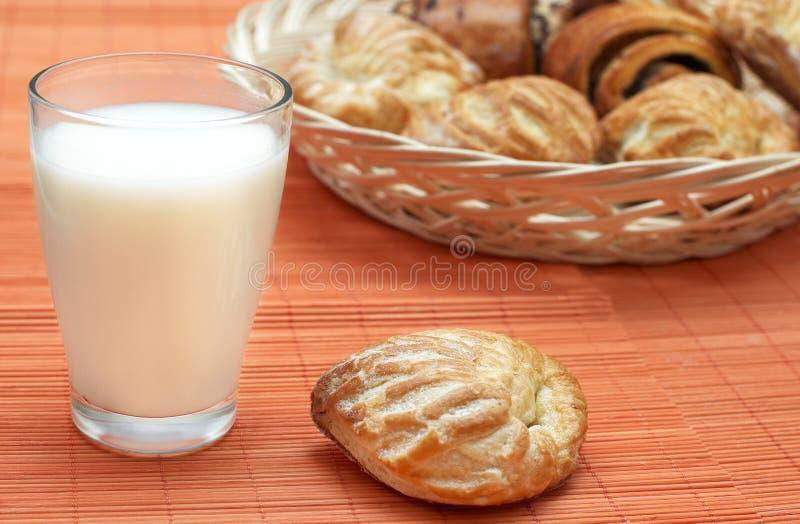 Vidro com leite e pastelaria de sopro frescos fotos de stock royalty free
