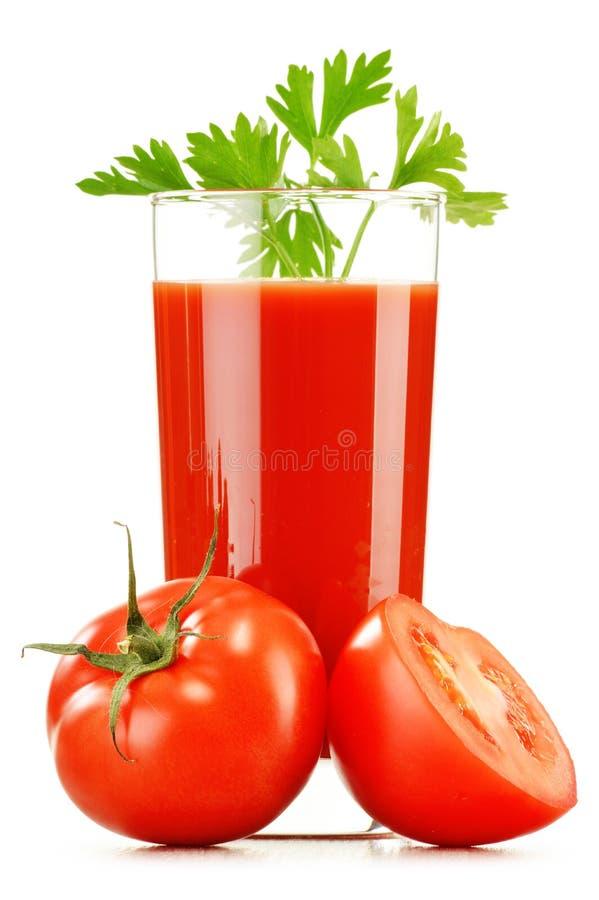Vidro com o suco de tomate fresco isolado no branco Dieta da desintoxicação foto de stock
