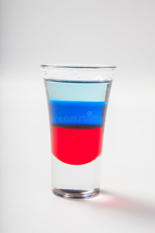 Vidro com os cocktail alcoólicos isolados no fundo branco foto de stock