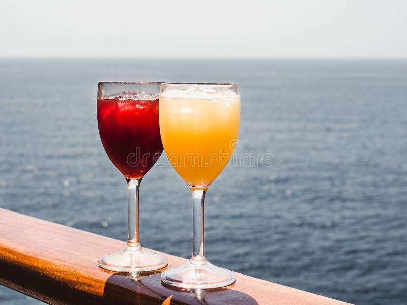 Vidro com um cocktail e os cubos de gelo fotos de stock royalty free