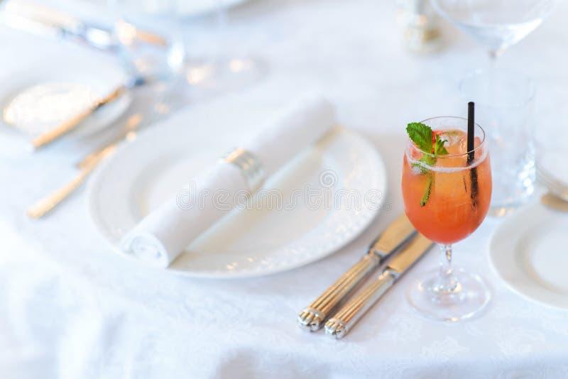 Vidro com um cocktail na tabela decorada no restaurante imagens de stock