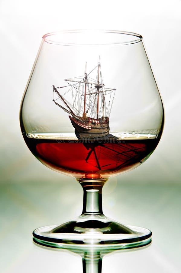 Vidro com um navio fotografia de stock royalty free