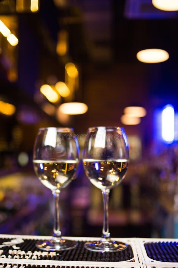 Vidro com vinho branco imagem de stock