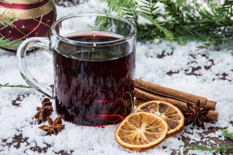 Vidro com vinho mulled fotografia de stock
