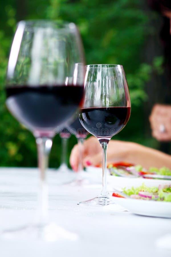 Vidro com vinho vermelho na tabela foto de stock royalty free