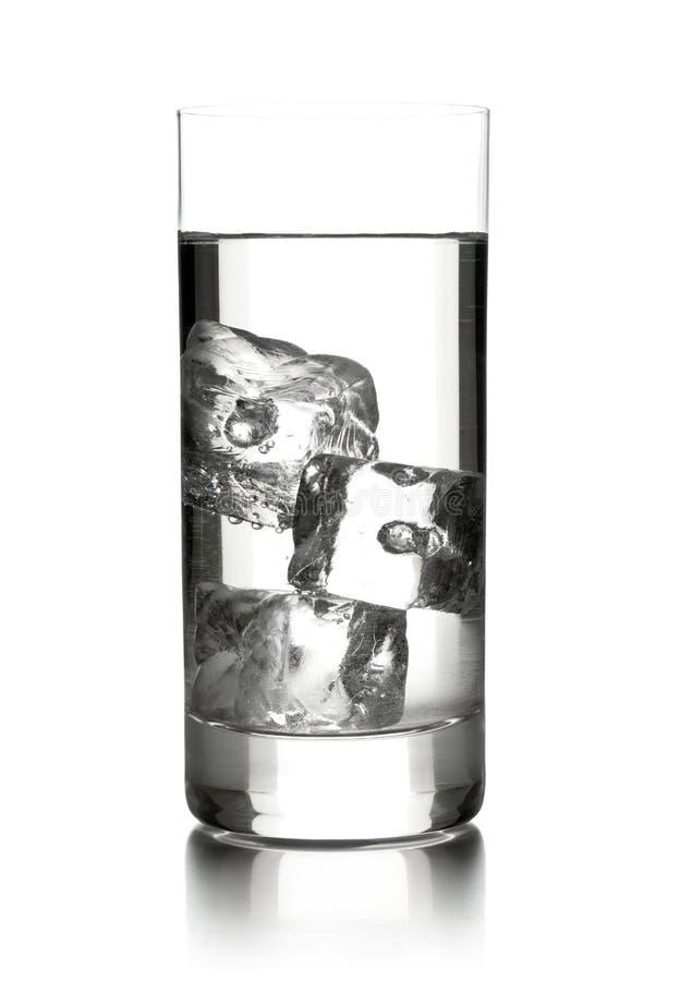 Vidro da água com os três cubos de gelo fotografia de stock