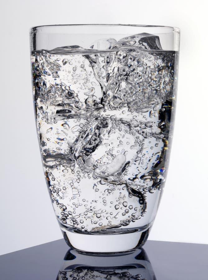 Vidro da água efervescente foto de stock