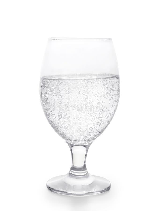 Vidro da água gasosa isolado com trajeto de grampeamento imagens de stock